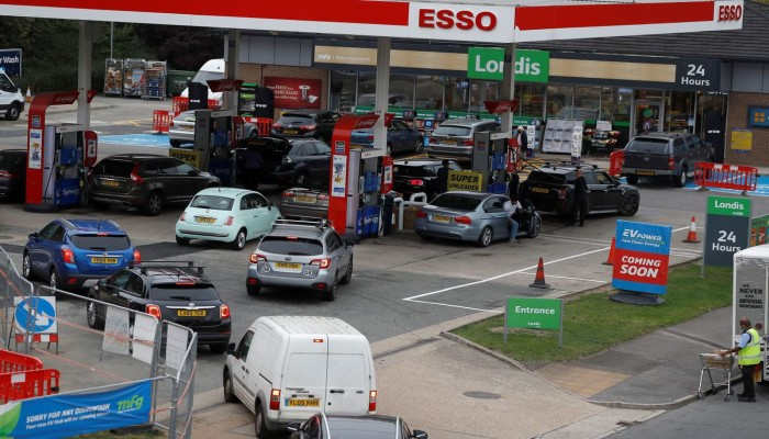 أزمة وقود في بريطانيا وجونسون يدرس الاستعانة بالجيش لتوريد البنزين