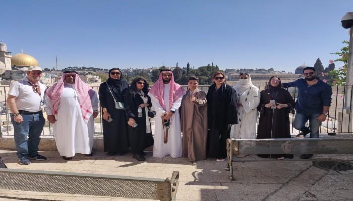 وفد بحريني بالمسجد الأقصى وأحدهم يصلي أمام حائط البراق عكس القبلة (صورة وفيديو)