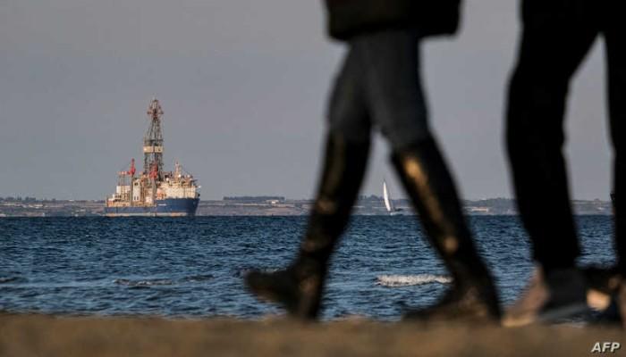 و.س.جورنال: شركات شحن متعثرة هجرت سفنها بموانئ دبي والسويس