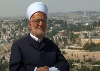 سلمه أمرا بالحضور للتحقيق.. الاحتلال الإسرائيلي يقتحم منزل الشيخ عكرمة صبري فجرا