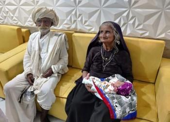 وسط ذهول الأطباء.. امرأة هندية تنجب أول مولود لها بعمر الـ70