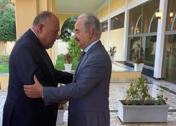 أول دبلوماسي يكسر عزلته.. وزير خارجية مصر يلتقي حفتر في بنغازي