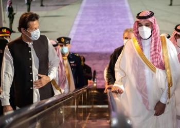 رئيس وزراء باكستان يصل إلى السعودية.. وبن سلمان يغيب عن استقباله